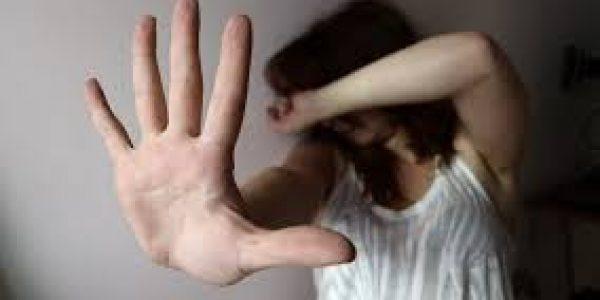 """Femminicidio: """"meglio morta che lesbica"""" picchiata e violentata dal padre"""